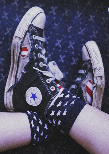 Sepatu Converse itu sama kyk celana jeans.. makin belel makin keren bro..:)