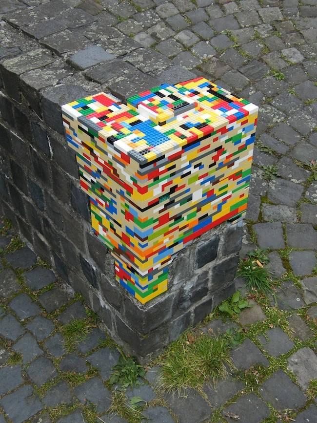 Pecahan Semen Batu di tambal pake mainan anak-anak toy lego...kreatif dan unik