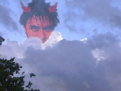 Terlihat Penampakan jelass di atas awan ini nyata !!! menurut para ilmuan ini adalah ibliss yang ingin mengambill nyawa siapapun yang Murka Wow serem yaaa
