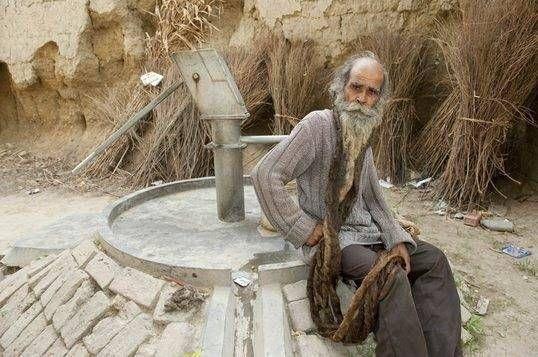 Bapak 2 ini enggak mandi selama 38 tahun Kakek Kailash Singh, lelaki 66 tahun ini pernah janji ga bakal mandi sebelum dikaruniai anak laki-laki. Ia berjanji dari tahun 1974 hingga sekarang gimana baunya ya dia gak pernah mandi dan keramas