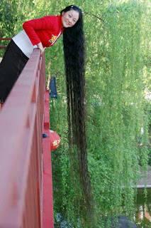 Chenq Shiquin, wanita berasal dari Guangxi Cina memiliki rambut dengan panjangnya mencapai 18 fit (atau kurang lebih 6 meter) pada tahun 2004. Dia mulai memanjangkan rambutnya dari umur 13 tahun. Kabarnya ia memiliki salon kecantikan sendiri.