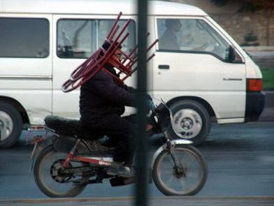 Tak ada helm, kursi pun jadi.. Bisa dicoba buat temen2 PULSKer.. :))