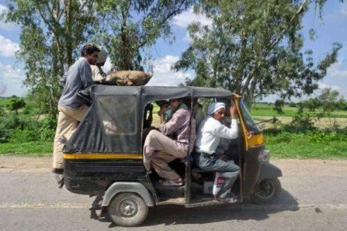 Karena mudik pake bus/mobil sudah terlalu mainstream, maka keluarga ini mudik pake bajaj..