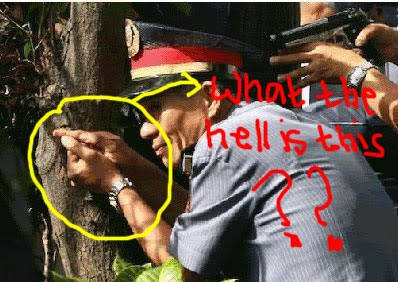 Pak polisi ini entah pake pistol apaan buat bidik? Transparan tuh.. :|