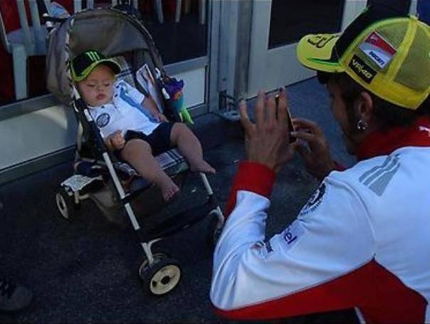 ini dia Valentino Rossi bersama dengan fansya Begitu dekatnya Sang legenda MotoGP dengan fans fans nya... Tidak memandang siapa dia,atau memikirkan perfect atau tidaknya fans itu.