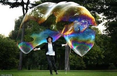 wooow, gelembung terbesar di dunia. (jangan lupa wownya ya :) )