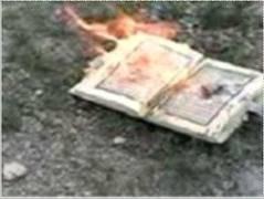 lihat lah gambar ini perilaku orang amerika yg membakar al-quran ......., yg tdk seuju coment ......., !!!