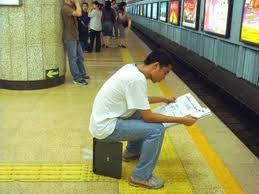 Ini nih.. Orang kaya itu duduknya pake sandaran laptop.. :) Tunggu.. Bego apa kaya ya? hehe..