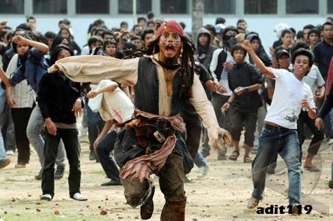WOW!!! Ternyata Captain Jack Sparrow takut sama massa Indonesia. Salut!!! WOW nyaaa yahhh~