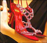 sepatu termahal di di dunia Anda ingin merasa seperti putri raja dalam dongeng? Mungkin Anda bisamewujudkannya bila Anda memakai sepatu seharga 1 juta poundsterling(setara dengan 18,2 miliar rupiah) ini. Sepatu ini dijual di Harrods,London.