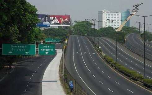 Apakah Pernah kamu ngebayangin kota Jakarta bener bener sepi dan sunyi tanpa ada satupun Penduduk di sana??, Hmm... coba kalian klik WOW dan comment, lihat apa yang akan muncul...