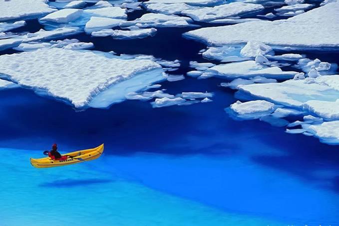 Ternyata berekreasi di lautan Artik di ujung dunia yang super dingin+super jernih masih jadi pilihan beberapa orang ganks.... WOW.