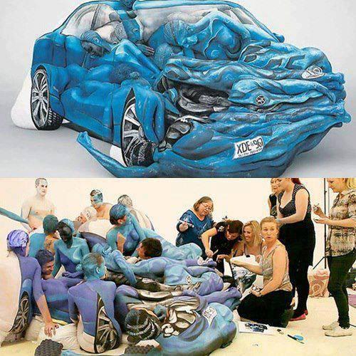 wwo000owww... Percaya atau tidak mobil ini terbuat dari manusia, gabungan antara body painting dan seni membentuk barang,,,wow banget donkk,,,!!:D