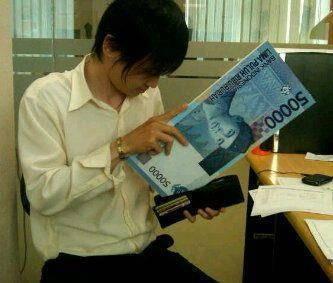 Hahahahhaahhaha Uangnya kebesaran WOW.....