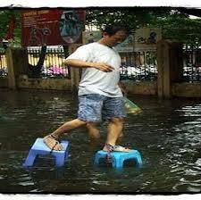 sendal anti banjir khusus musim hujan .