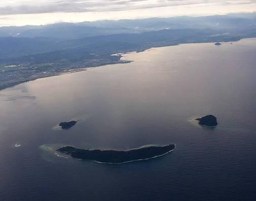 Pulau Manukan, Mamutik dan Sulug di Malaysia secara anggun berkelompok untuk membentuk sebuah smiley. Pulau ini seakan-akan menyambut pengunjung dengan senyuman yang sangat indah.