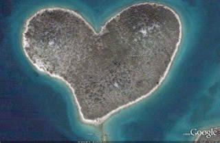 Pulau berbentuk love ini terletak di lepas pantai Kroasia. Pulau ini sebenarnya bernama Pulau Galešnjak, dan merupakan sebuah pulau milik pribadi yang terletak di Laut Adriatik, dekat dengan kota Turanj. Pulau ini dipenuhi dengan tumbuhan.