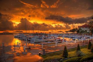 WOW Melihat sunset terkadang sangat menyenangkan, serasa jiwa kita berada di suatu tempat di antah berantah. Perasaan akan campur aduk antara kagum, kangen, gundah, rindu