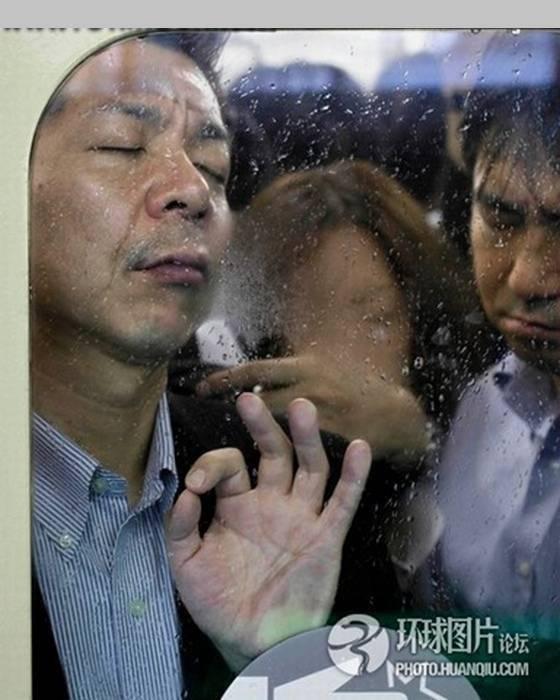 Inilah Penderitaan pengguna subway di Tokyo Di Tokyo memang begitu banyak alternatif transportasi, bagaimana tidak untuk kota sepadat Tokyo yang jika siang dihuni hampir 30 juta dan dimalam hari sekitar 11 juta, berati ada belasan juta urban ya