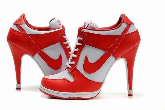 Beginilah kalau sepatu kets dan hak tinggi dikawinkan... Nike tampaknya punya ide, bagimana Kalau sepatu kets dan sepatu hak tinggi digabungkan, eh malah begini deh jadinya