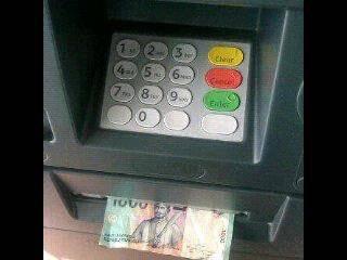 Pengen ngambil uang di ATM, eh yang keluar malah uang Rp 1000. HADEEEEEHHHHHHH.......