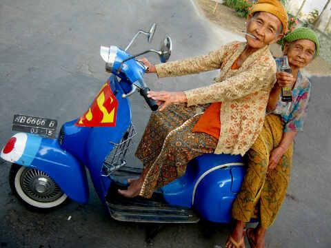 anjir, nih nenek gaul bener? minum am + rokok lgi !!! Naek vesma superman !! GILE BENER !! WOWNYA MANA???