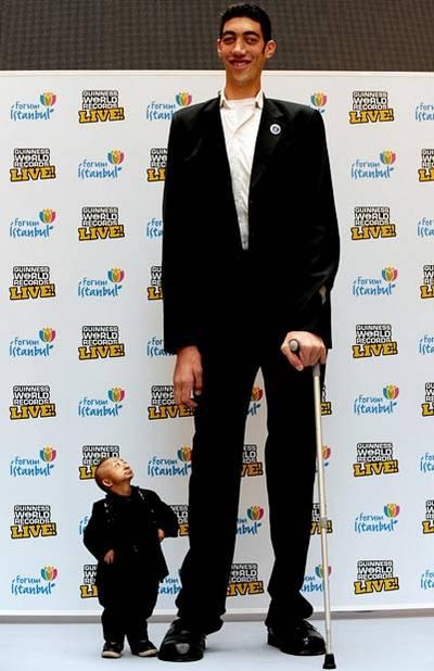 Ini adalah manusia terpendek dan tertinggi di dunia . klik WOW dan Coment Wow yah