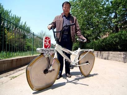 kalau seluruh sepeda pasti rodanya bundar, tetapi kalau bapak ini berfareasi segi 5 dan segi 3, wah menarik juga ya. mungkin bapak ini seorang legendari pembalap sepeda. (jangan lupa wownya ya :) )
