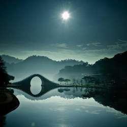 Foto ini dirakam oleh seorang jurugambar yang menggunakan nama bbe022001 di Flickr. Fokus dalam gambar Jambatan Bulan di Taipei, Taiwan ialah menggambarkan suasana yang damai dan harmoni dengan jambatan sebagai subject. Air yang tenang dan jern