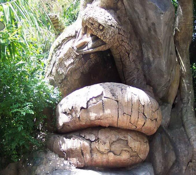 Ini gan pohon yang berbentuk seekor ular di India