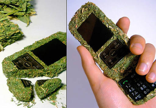 The phone is made ??of hay straw alias. Not nyampe two years going to fall out leaving only the display and buttons. Although the concept of recycling can be updated or good, this phone seems impractical.