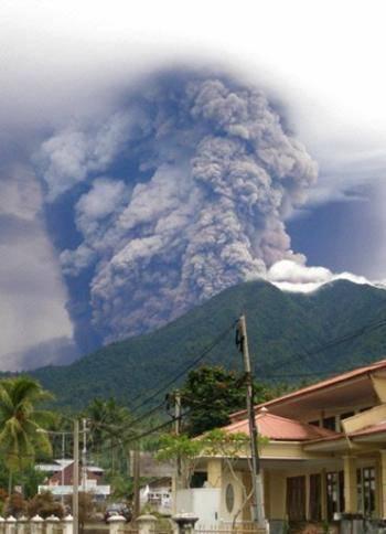 WOW inilah letusan gunung di Manado Sulawesi Utara mengerikan bukan... WOWnya y jangan lupa