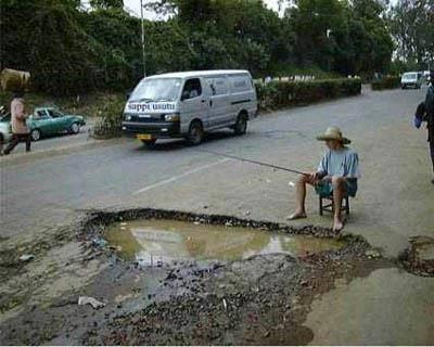 wah bisa mancing nih!!! beginilah keadaan jalan di indonesia sekarang! siapa yang setuju bila jalan ini harus di perbaiki klik wow yaa