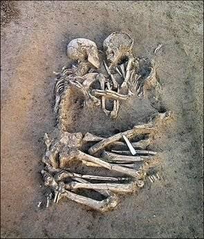 """Arkeolog memperkirakan, bahwa sepasang kerangka ini telah terkubur kurang lebih 5.000-6.000 tahun lamanya di bawah tanah! Kerangka tersebut ditemukan di sebuah daerah pinggiran Kota Valdaro, Mantova, karena itu dinamakan """"kekasih Valdaro""""."""