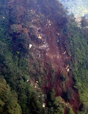 diberitakan kecelakaan pesawat sukhoi superjat 100 yang menabrak tebing Gunung Salak, Bogor, 9 Mei 2012. banyak korban yang meninggal dunia gara gara kecelakaan sukhoi