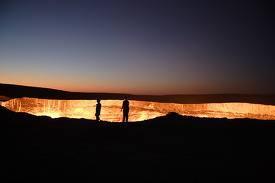 Hell gate (uzbekistan) terletak di darvaz uzbekistan. sekitar 35 tahun yang lalu tim peneliti geologis sedang menggali untuk mencari sumber gas. Namun yang mereka temukan adalah goa berapi yang akan terus berapi. Bayangkan kalau anda terjebur