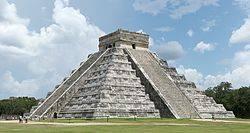 Chichen Itzá 1988 ( XII sesion ). (maya: (Chichén) Boca del pozo; de los (Itzá) brujos de agua )?1 es uno de los principales sitios arqueológicos de la península de Yucatán, en México, ubicado en el municipio de Tinum, en el estado de Yucatán