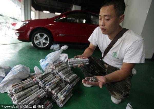 Beli Mobil Pake Uang Coin seberat 300 Kg. Uang Recehan biasanya ngga dilirik, dan berceceran disekitar kita. Tapi beda dengan pria yang satu ini. Dia mengumpulkan dengan gigih uang coin recehan untuk membeli barang yang diimpikannya, yaitu sebu