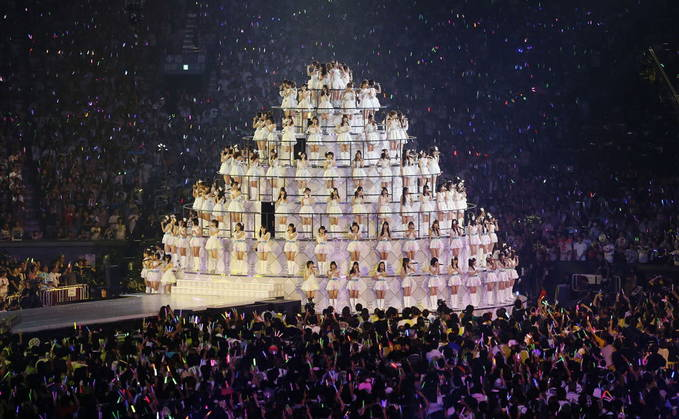 "konser yang sungguh membahana :v AKB48 fulfilled their dream in August by having a three day concert ""AKB48 in TOKYO DOME ~1830m no Yume~"" at the Tokyo Dome and now they will be releasing this concert on DVD and Blu-ray on November 28th."