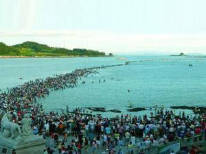 Fenomena Laut Terbelah di Korea Selatan. Keajaiban laut terbelah mirip yang terjadi pada kisah nabi Musa terjadi di Jindo, Korea Selatan. Bedanya, laut terbelah di negeri ginseng itu merupakan fenomena alam yang terjadi akibat pasang surut ai