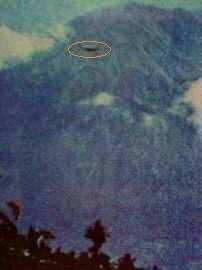 enampakan UFO di Porong. Hari itu tanggal 27 Juni 1977 jam 18.15 WIB, Dr. Ir. Aryono Abdulkadir bersama dua orang rekannya masing-masing Ir Rudianto Ramelan dan Ir. Ananda Soeyoso sedang melakukan perjalanan dari Surabaya ke arah Malang. Langit