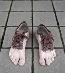 sepatu aneh unik tapi jga mengerikan spa yg mw c0ba ??? bilang WOW yahh... !!