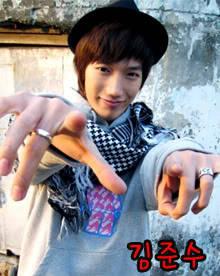 Kim Junsu mengubah nama menjadi Min Ju >.
