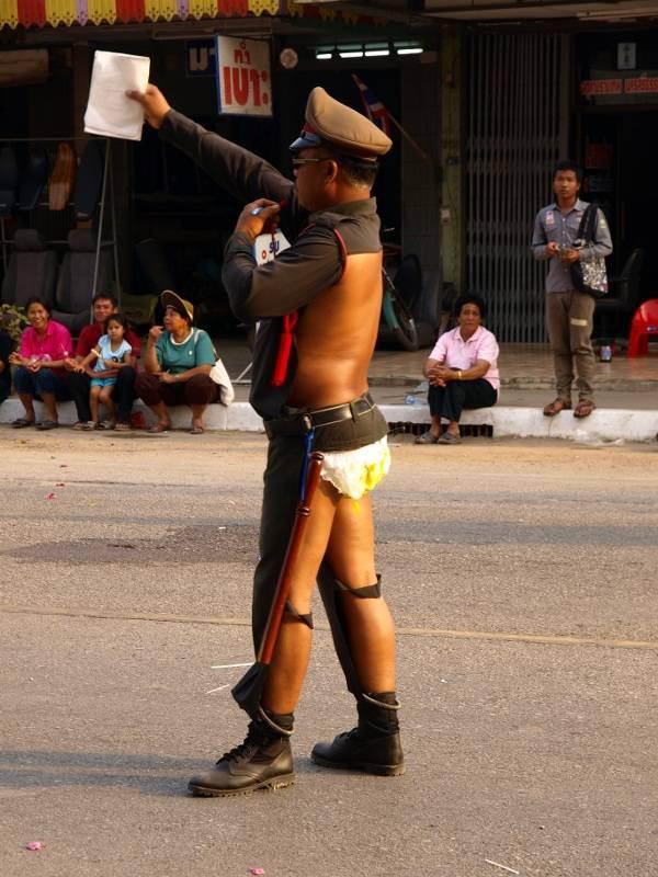 STOP. hahah polisi ini menggunakan tren Fasion 2013. uWOW
