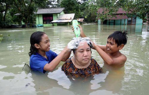 Walaupun banjir, tapi hati tetep senang tiada akhir.. : 