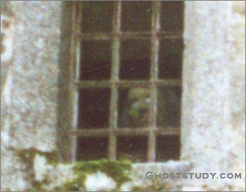nih gw kasih foto penampakan hantu di jendela rumah tua.. saatnya lo bilang wow..