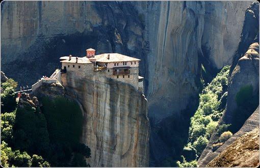 rumah di tengah jurang ada di Greece, nama rumahnya roussanou-monastery. WOW