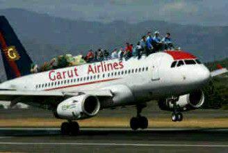 naik di atas atap kereta ? sudah biasa,,, kalo diatas pesawat terbang ?? baru luar biasa,, hahaaa,.. :D :D