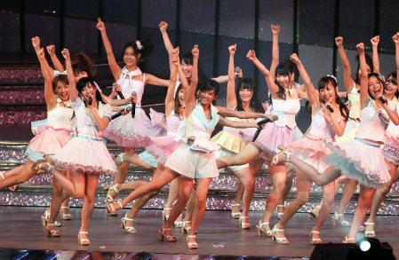 Single baru AKB48 memecahkan rekor dengan 36 Anggota Senbatsu Lagu penuh warna dan up tempo ini dinyayikan oleh total 36 member senbatsu yang merupakan jumlah terbesar anggota senbatsu dalam sejarah grup ini