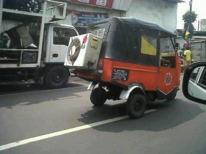 Walaupun angkutan sederhana, bajaj juga ingin menyejukkan penumpangnya dengan menggunakan AC...hehehehe